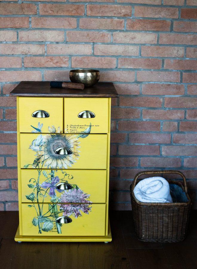 Comodă galbenă cu flori sălbatice